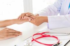 Υπομονετικό ` s γιατρών χέρι εκμετάλλευσης Ιατρική και έννοια υγειονομικής περίθαλψης στοκ φωτογραφία με δικαίωμα ελεύθερης χρήσης