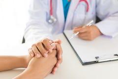 Υπομονετικό ` s γιατρών χέρι εκμετάλλευσης στοκ εικόνες