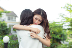 Υποστήριξη βοήθειας φιλίας Καταθλιπτική ασιατική γυναίκα που αγκαλιάζει το fri της στοκ φωτογραφία
