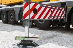 Υποστήριξη γερανών υδραυλικής η υποστήριξη γερανών υδραυλικής είναι στο αμμοχάλικο Στοκ εικόνα με δικαίωμα ελεύθερης χρήσης