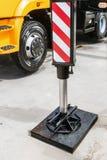 Υποστήριξη γερανών υδραυλικής η υποστήριξη γερανών υδραυλικής είναι στο αμμοχάλικο Στοκ φωτογραφία με δικαίωμα ελεύθερης χρήσης
