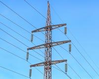 Υποστήριξη μετάλλων των εναέριων ηλεκτροφόρων καλωδίων Στοκ φωτογραφίες με δικαίωμα ελεύθερης χρήσης