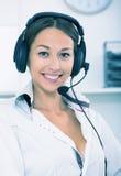 Υποστήριξη πελατών γυναικών χαμόγελου Στοκ Εικόνα