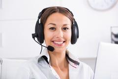 Υποστήριξη πελατών γυναικών χαμόγελου Στοκ φωτογραφία με δικαίωμα ελεύθερης χρήσης