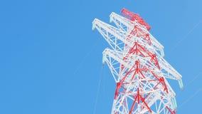 Υποστήριξη της γραμμής μετάδοσης ηλεκτρικής ενέργειας κάτω από το σαφή ουρανό απόθεμα βίντεο