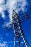 Υποστήριξη των ηλεκτροφόρων καλωδίων υψηλής τάσης ενάντια στον ουρανό βραδιού Στοκ εικόνα με δικαίωμα ελεύθερης χρήσης