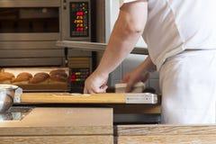Υποστηρίζοντας κέικ μπροστά από το φούρνο Στοκ εικόνες με δικαίωμα ελεύθερης χρήσης