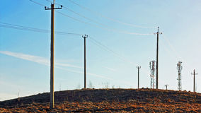 Υποστηρίξεις ηλεκτροφόρων καλωδίων στο λόφο στο ηλιοβασίλεμα Στοκ φωτογραφία με δικαίωμα ελεύθερης χρήσης