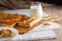 Υποστηριγμένα πίτα και ποτήρι του γάλακτος Στοκ Φωτογραφίες