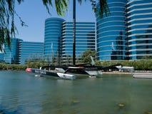 Υποστηριγμένος η Oracle νικητής βαρκών του φλυτζανιού της Αμερικής στο κόκκινο Στοκ Εικόνες