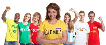 Υποστηρικτής ποδοσφαίρου από την Κολομβία με τους ανεμιστήρες από άλλες χώρες στοκ εικόνες
