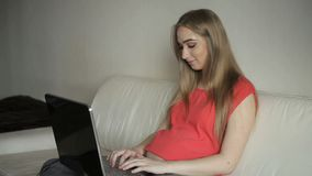 Υπουργείο Εσωτερικών - έγκυος γυναίκα που εργάζεται με το lap-top απόθεμα βίντεο