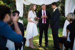 Υπουργός που δίνει την ομιλία στη νύφη και στο νεόνυμφο στοκ φωτογραφίες με δικαίωμα ελεύθερης χρήσης