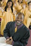 Υπουργός στο βωμό με τη χορωδία Ευαγγέλιου Βίβλων στο πορτρέτο υποβάθρου στοκ φωτογραφία με δικαίωμα ελεύθερης χρήσης