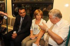 Υπουργός Moskovski, ο δήμαρχος Yordanka Fandakova και Eng Stoyan Bratoev που ταξιδεύουν στον υπόγειο της Sofia, μετρό στοκ φωτογραφία με δικαίωμα ελεύθερης χρήσης