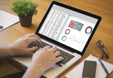 Υπολογισμός με λογιστικό φύλλο (spreadsheet) υπολογιστών γραφείου υπολογιστών Στοκ φωτογραφία με δικαίωμα ελεύθερης χρήσης