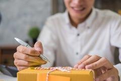 Υπολογισμός του κόστους των ταχυδρομικών τελών μιας μικρής συσκευασίας στοκ φωτογραφίες με δικαίωμα ελεύθερης χρήσης