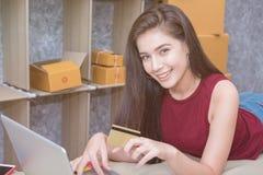Υπολογισμός του κόστους των ταχυδρομικών τελών μιας μικρής συσκευασίας στοκ φωτογραφία με δικαίωμα ελεύθερης χρήσης