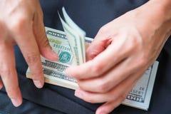 Υπολογισμός των αμερικανικών δολαρίων χρημάτων με το χέρι στοκ εικόνα με δικαίωμα ελεύθερης χρήσης