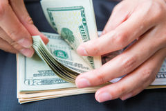 Υπολογισμός των αμερικανικών δολαρίων χρημάτων με το χέρι στοκ εικόνες με δικαίωμα ελεύθερης χρήσης