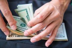 Υπολογισμός των αμερικανικών δολαρίων χρημάτων με το χέρι στοκ φωτογραφίες