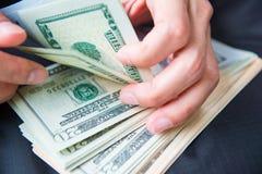 Υπολογισμός των αμερικανικών δολαρίων χρημάτων με το χέρι στοκ εικόνες