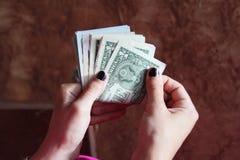 Υπολογισμός χρημάτων λογαριασμών δολαρίων Στοκ Φωτογραφίες
