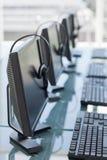 Υπολογιστές και κάσκες από ένα τηλεφωνικό κέντρο στοκ φωτογραφία με δικαίωμα ελεύθερης χρήσης