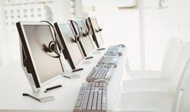 Υπολογιστές και κάσκες τηλεφωνικών κέντρων Στοκ Εικόνες