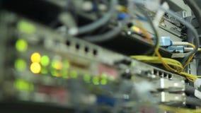 Υπολογιστής λαμπτήρων των μακρο οδηγήσεων λάμψης με το καλώδιο δικτύων στο κέντρο δεδομένων απόθεμα βίντεο