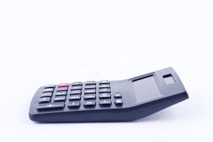 Υπολογιστής για τον υπολογισμό των αριθμών που λογαριάζουν τον επιχειρησιακό υπολογισμό λογιστικής στην άσπρη πλάγια όψη υποβάθρο Στοκ φωτογραφία με δικαίωμα ελεύθερης χρήσης