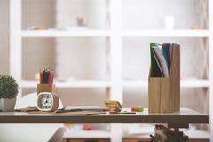 Υπολογιστής γραφείου με τα αντικείμενα στοκ εικόνα με δικαίωμα ελεύθερης χρήσης