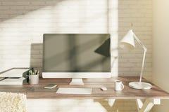 Υπολογιστής γραφείου με την κενή άσπρη οθόνη υπολογιστή Στοκ εικόνες με δικαίωμα ελεύθερης χρήσης