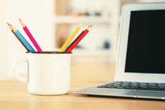 Υπολογιστής γραφείου με την κούπα σιδήρου Στοκ φωτογραφία με δικαίωμα ελεύθερης χρήσης
