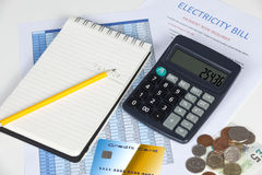 Υπολογιστής γραφείου που παρουσιάζει υπερήμερο λογαριασμό ηλεκτρικής ενέργειας με έναν υπολογιστή και μια πιστωτική κάρτα στοκ φωτογραφία με δικαίωμα ελεύθερης χρήσης