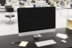 Υπολογιστής γραφείου σε ένα σύγχρονο γραφείο στοκ φωτογραφίες
