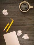 Υπολογιστής γραφείου, φλυτζάνι καφέ, σπασμένο μολύβι Στοκ εικόνες με δικαίωμα ελεύθερης χρήσης