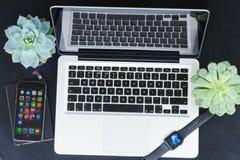 Υπολογιστής γραφείου Offise με το ρολόι της Apple Στοκ Φωτογραφίες