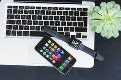 Υπολογιστής γραφείου Offise με το ρολόι της Apple Στοκ Φωτογραφία