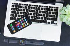 Υπολογιστής γραφείου Offise με το ρολόι της Apple Στοκ φωτογραφίες με δικαίωμα ελεύθερης χρήσης