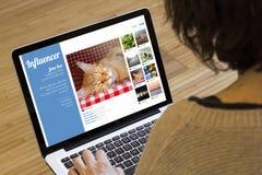Υπολογιστής γυναικών influencer Στοκ εικόνες με δικαίωμα ελεύθερης χρήσης