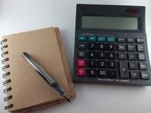 Υπολογιστής και μάνδρα στο σημειωματάριο εγγράφου Στοκ φωτογραφία με δικαίωμα ελεύθερης χρήσης