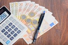 Υπολογιστής και χρήματα στον πίνακα Στοκ εικόνα με δικαίωμα ελεύθερης χρήσης