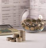 Υπολογιστής, νομίσματα, οικονομικό έγγραφο γραφείων accessoriesand Στοκ Εικόνες