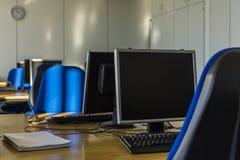 Υπολογιστής στη σύγχρονη βιβλιοθήκη Στοκ φωτογραφία με δικαίωμα ελεύθερης χρήσης