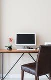 Υπολογιστής στον ξύλινο πίνακα στοκ εικόνα με δικαίωμα ελεύθερης χρήσης