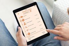 Υπολογιστής ταμπλετών εκμετάλλευσης ατόμων με app το ακολουθώντας πακέτο παράδοσης Στοκ Εικόνα