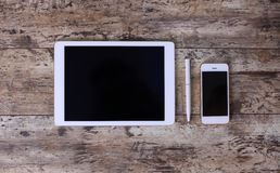 Υπολογιστής ταμπλετών και άσπρο έξυπνο τηλέφωνο στοκ φωτογραφία