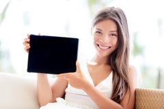 Υπολογιστής ταμπλετών που παρουσιάζει με το χαμόγελο συνεδρίασης γυναικών στοκ εικόνες
