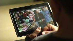 Υπολογιστής ταμπλετών στα χέρια ενός αρσενικού απόθεμα βίντεο